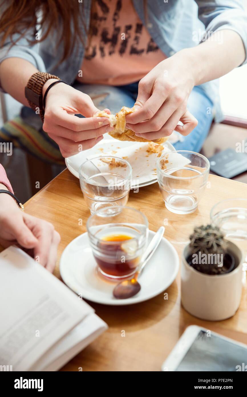 Una mujer con pastelería en cafe Imagen De Stock