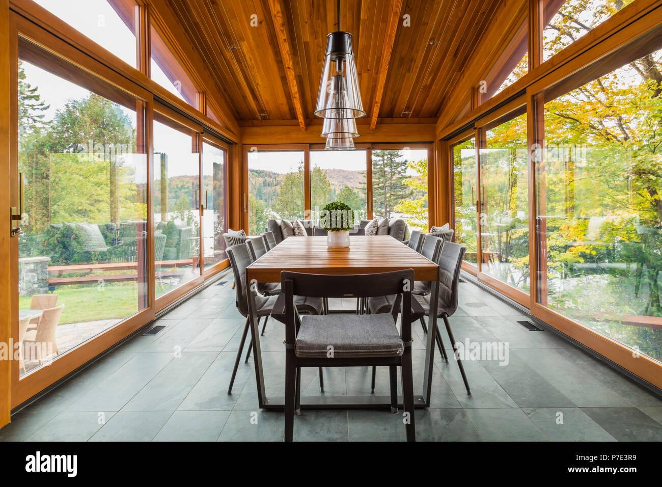 Mesa de comedor en el cenador de madera de cedro de lujo home Imagen De Stock