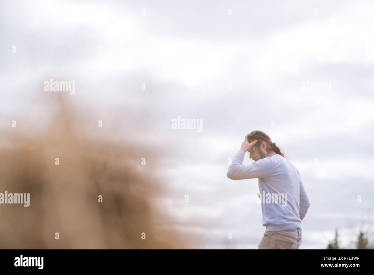 El hombre con la mano sobre la frente de jardinería Imagen De Stock