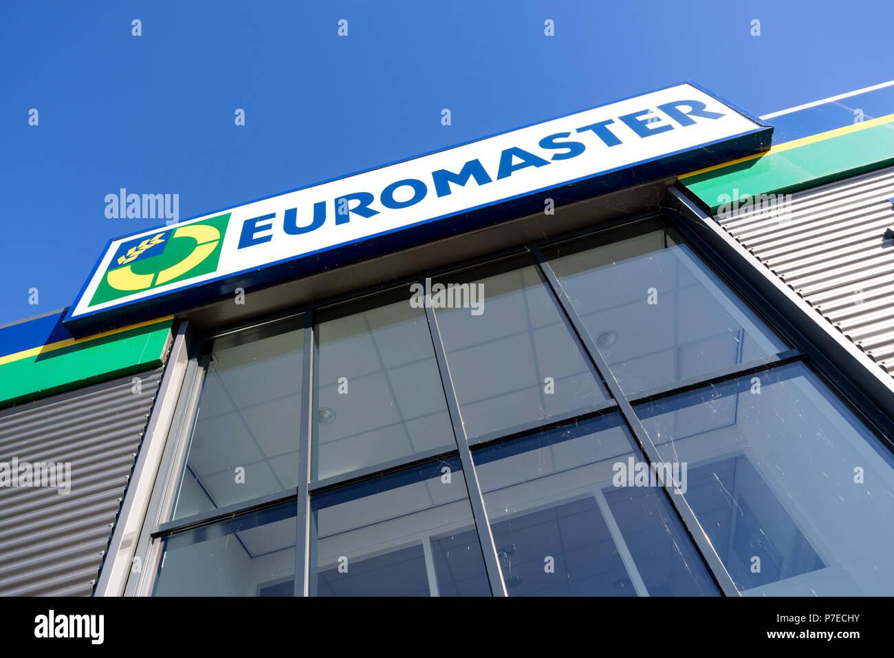 Euromaster firmar en el garage. Euromaster ofrece servicios de neumáticos y el mantenimiento del vehículo en toda Europa y es una filial del fabricante de neumáticos Michelin. Foto de stock