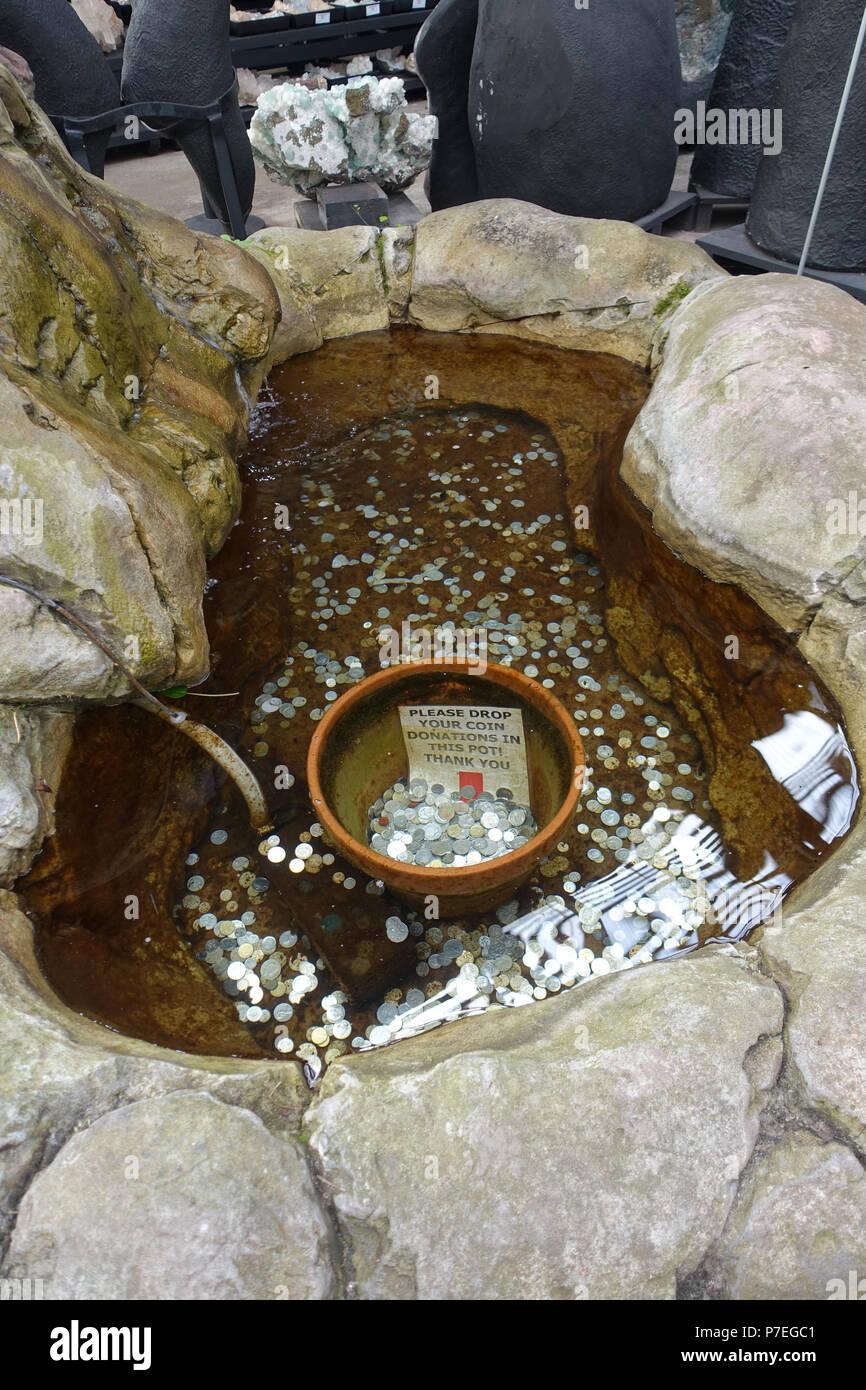 Wishing Well estanque con monedas de plata bajo el agua Imagen De Stock