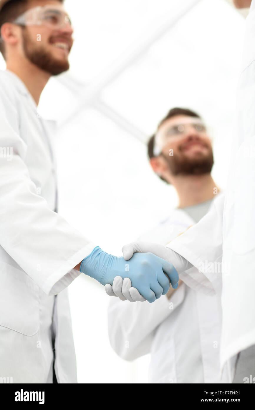 Captura recortada de un apretón de manos, los trabajadores médicos Foto de stock