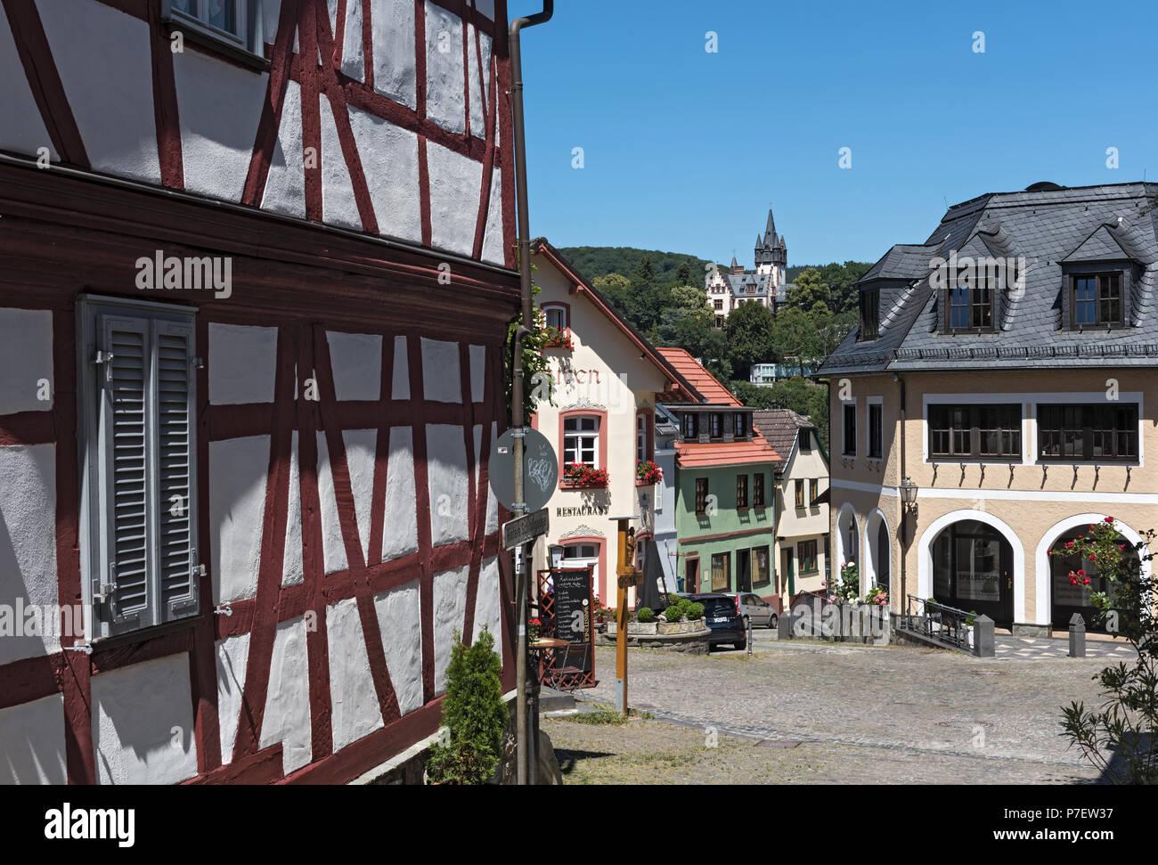 Pequeña plaza con casas antiguas en el casco antiguo de Königstein, Hesse, Alemania Imagen De Stock