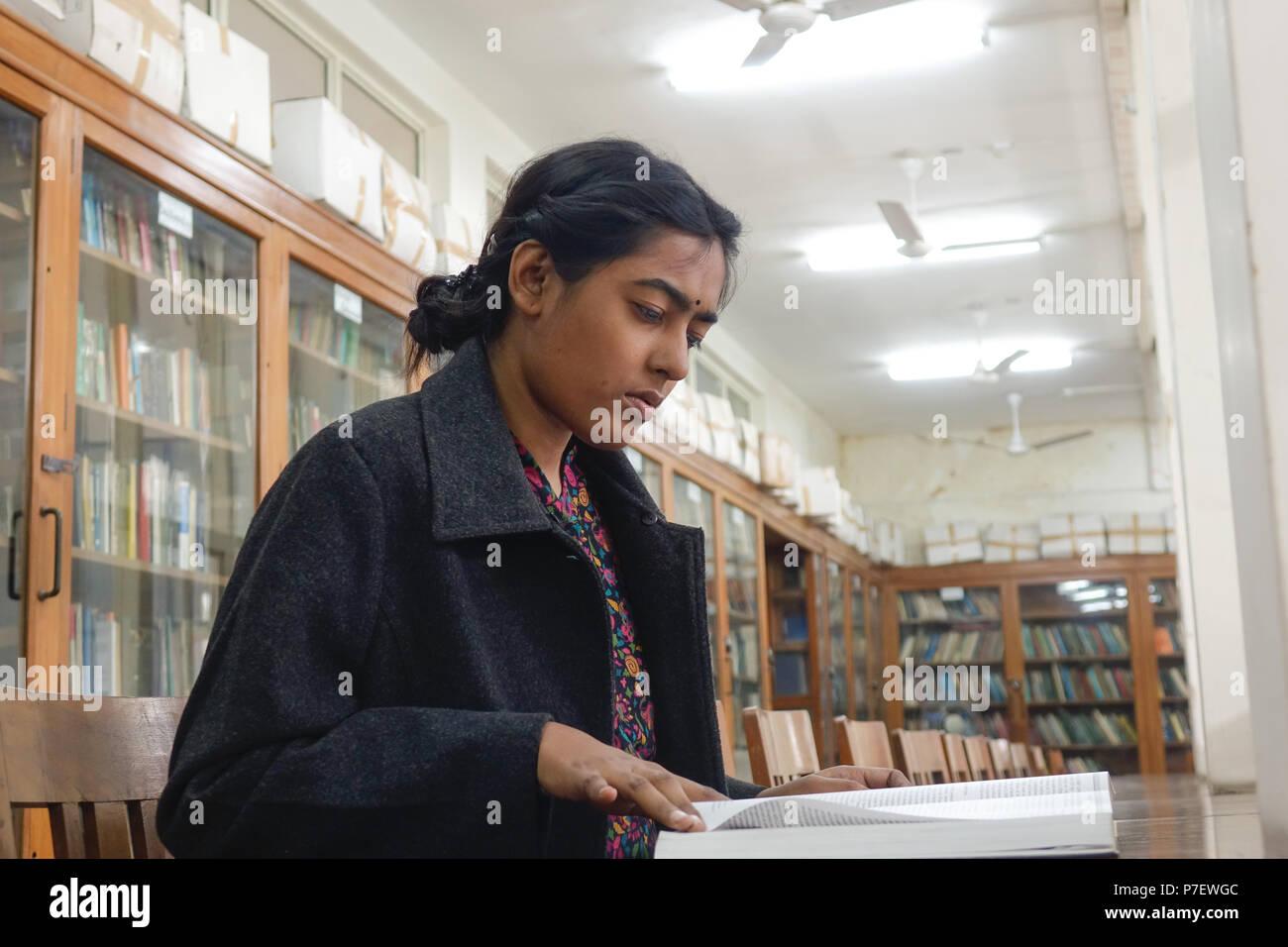 Una joven mujer India profesor estudiando los libros sobre