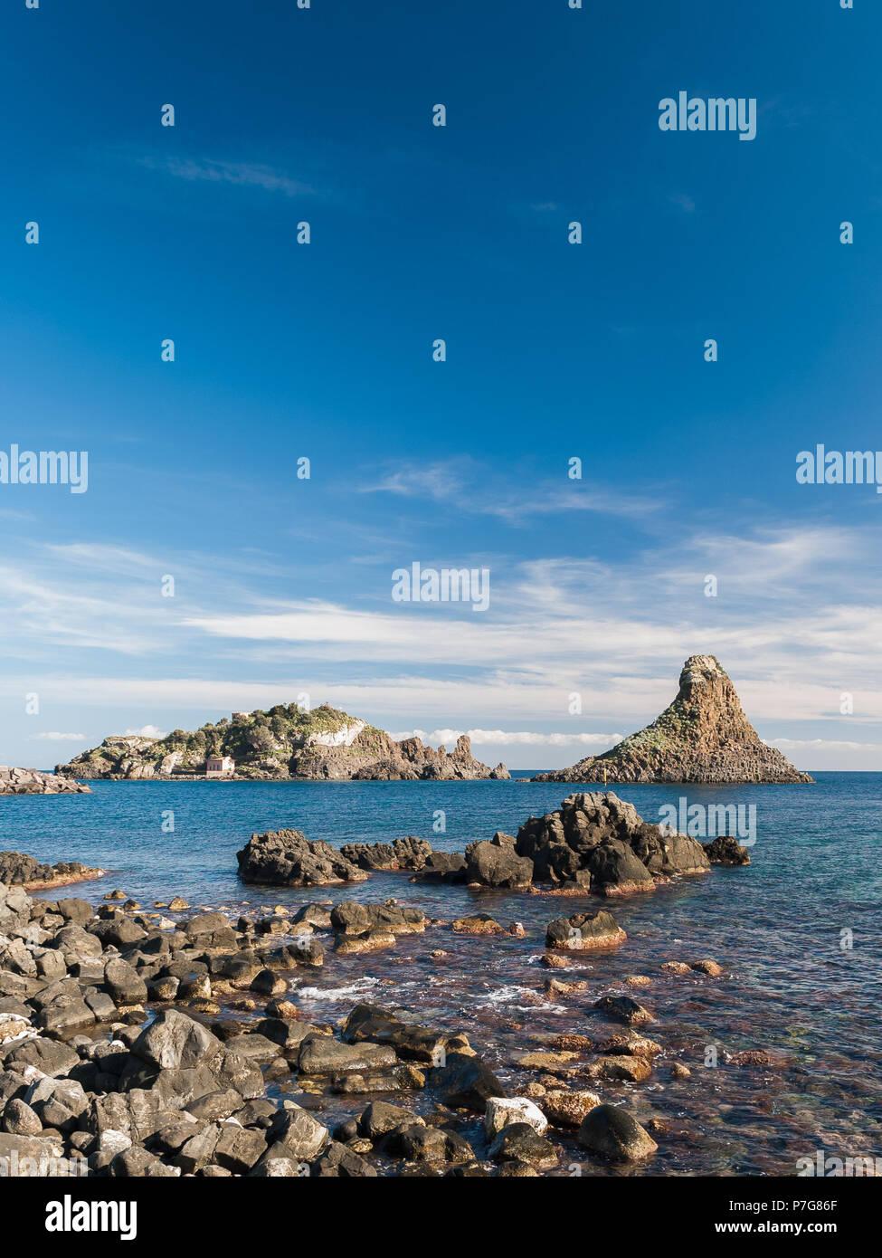 Isla Lachea y una pila de mar, las características geológicas Acitrezza (Sicilia). Foto de stock