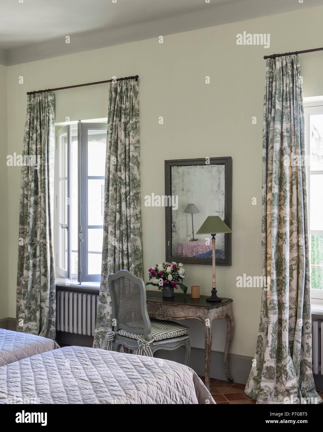 Silla la el de con y espejo y mesa lámpara en cortinas toile v0wmNOn8
