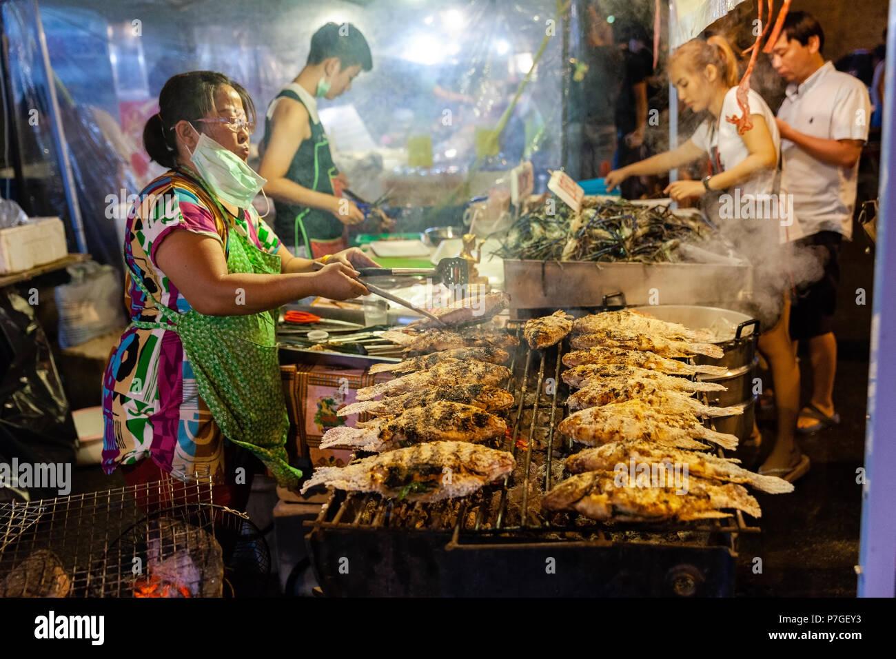 CHIANG MAI, Tailandia - 27 de agosto: vendedor de comida cocineros de pescado en el mercado del sábado noche, (Calle) el 27 de agosto de 2016 en Chiang Mai, Tailandia. Imagen De Stock