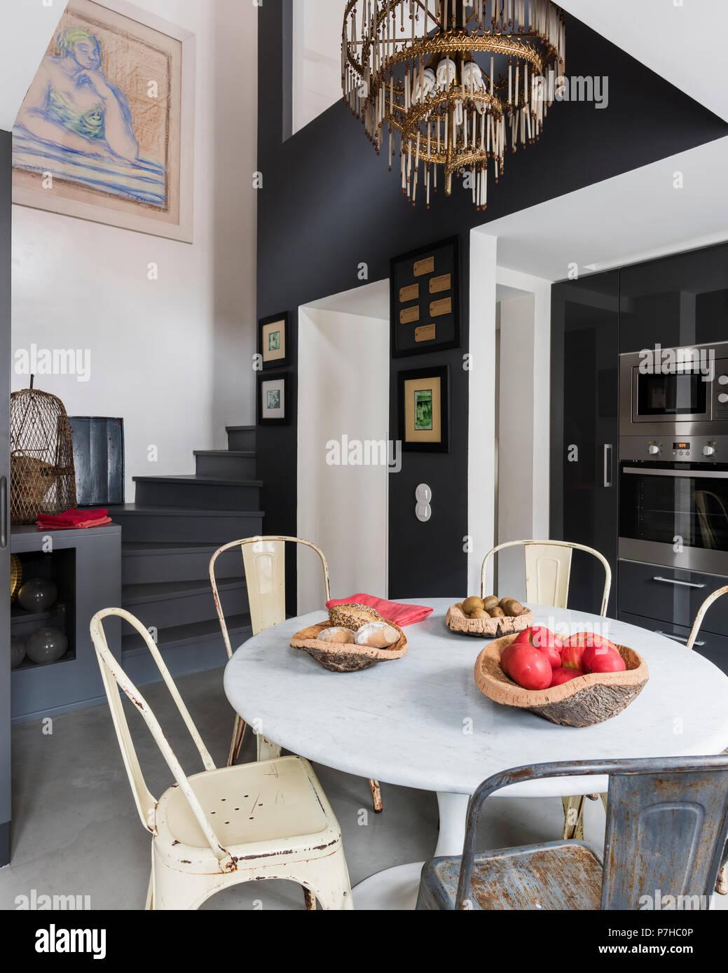 Comedor en plan abierto moderno apartamento con metal vintage Tolix sillas  de comedor y mesa con 135282155f9b