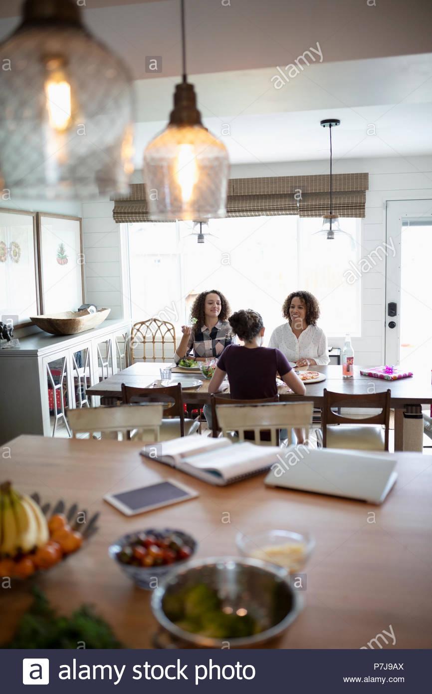 Madre y sus hijas disfrutando del almuerzo de cumpleaños Imagen De Stock