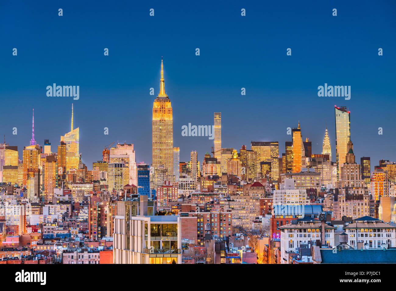 Nueva York, Nueva York, EE.UU. del paisaje urbano en Manhattan en penumbra. Imagen De Stock
