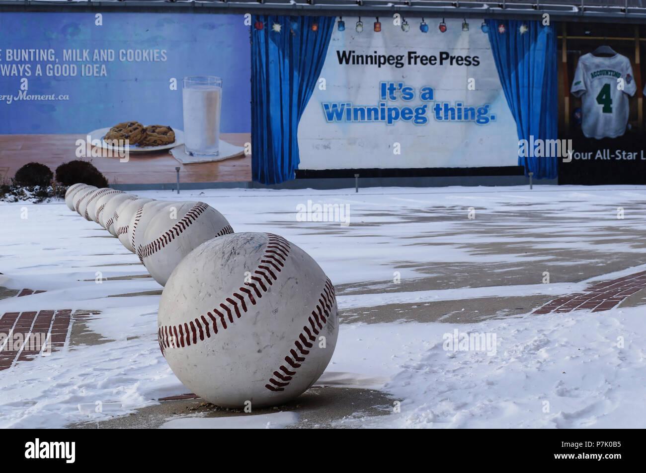WINNIPEG, Canadá - 2014-11-18: Street Art, instalación de pelotas cerca de Winnipeg Goldeyes club de béisbol. El Winnipeg Goldeyes son un equipo de béisbol profesional basado en Winnipeg, Manitoba, Canadá Foto de stock