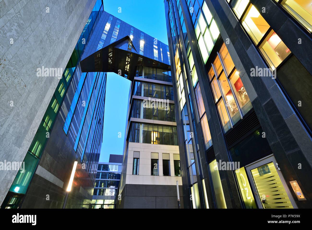 Alemania, en el Estado federado de Sajonia, Leipzig, moderna arquitectura en el campus, la izquierda, el anochecer Paulinum Foto de stock