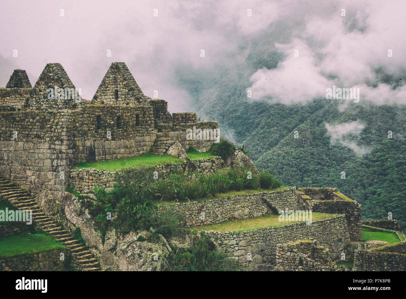 Ruinas De Casas Y Cultivos En Terrazas Sobre Un Acantilado