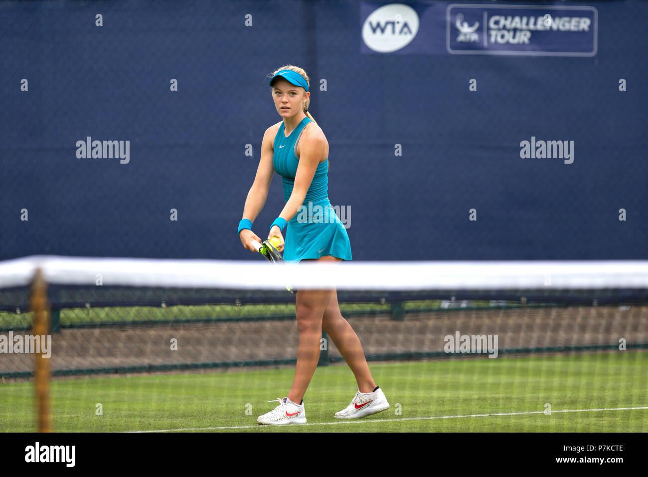 Jugador de tenis británico Katie Swan se prepara para servir durante un partido. Foto de stock