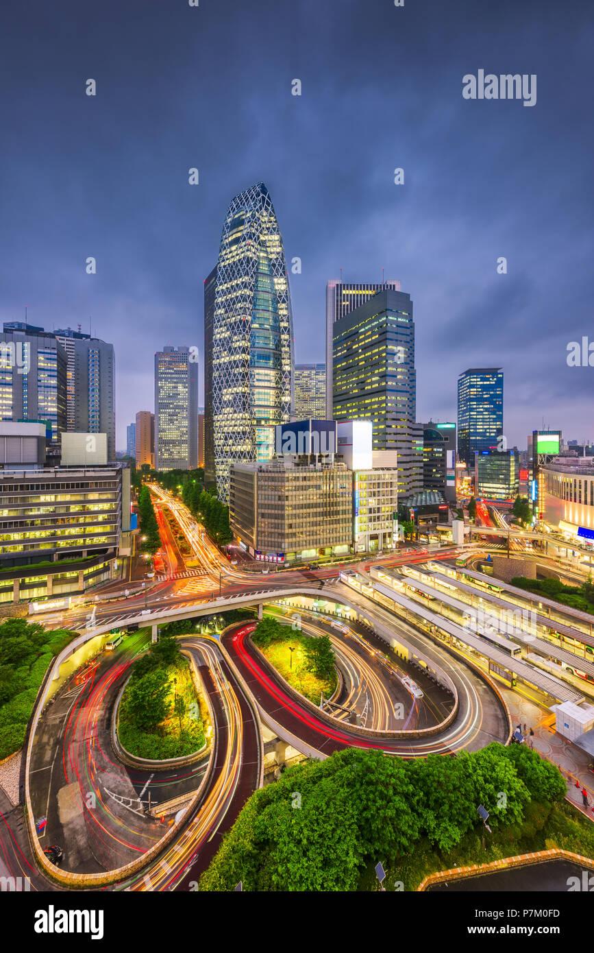 Tokio, Japón, el paisaje urbano sobre el tráfico de bucles en el distrito financiero de Shinjuku en la noche. Imagen De Stock