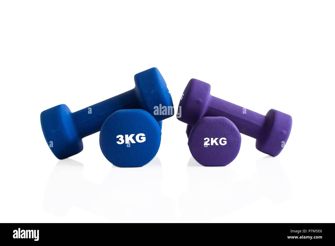 2kg y 3kg mancuernas pesas entrenamiento aislado sobre un fondo blanco. Foto de stock
