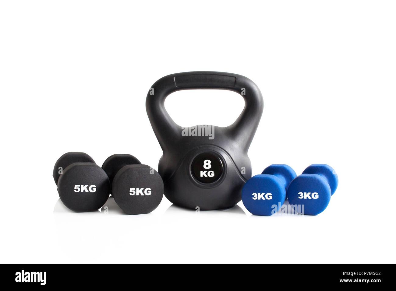 Azul y negro, gimnasio con equipos para ejercicio aislado sobre un fondo blanco. Imagen De Stock