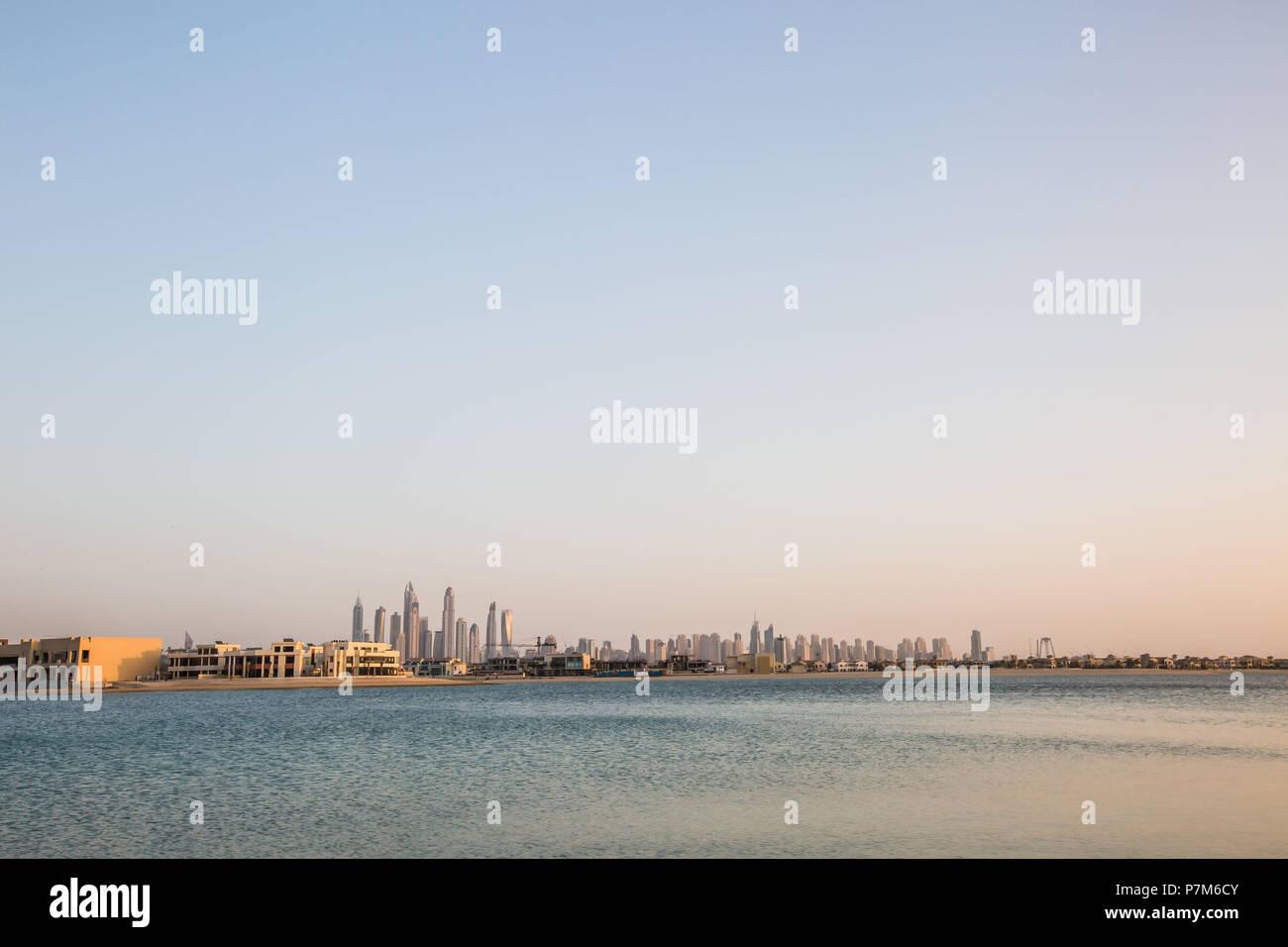 Los Emiratos Árabes Unidos, rascacielos de Dubai, tomada desde la zona de Las Palmas, el cielo, el espacio de copia Imagen De Stock