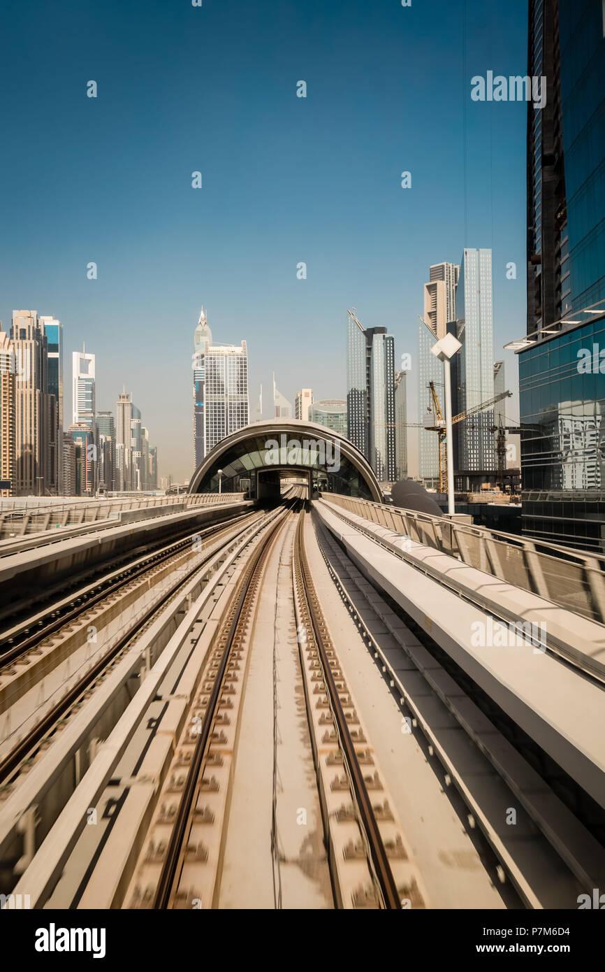 Las vías de Metro en Sheikh Zayed Road, Dubai, Emiratos Árabes Unidos. Foto de stock