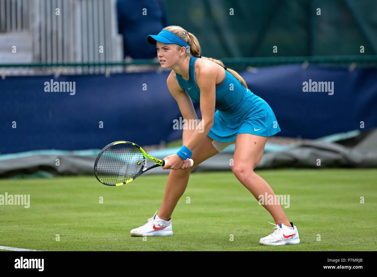 Un tenista profesional (Katie Swan) colocada en la posición de lista durante un partido. Está a la espera de un cisne sirven de su oponente. Foto de stock
