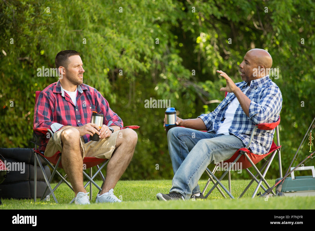 Amigos hablando y camping. Imagen De Stock