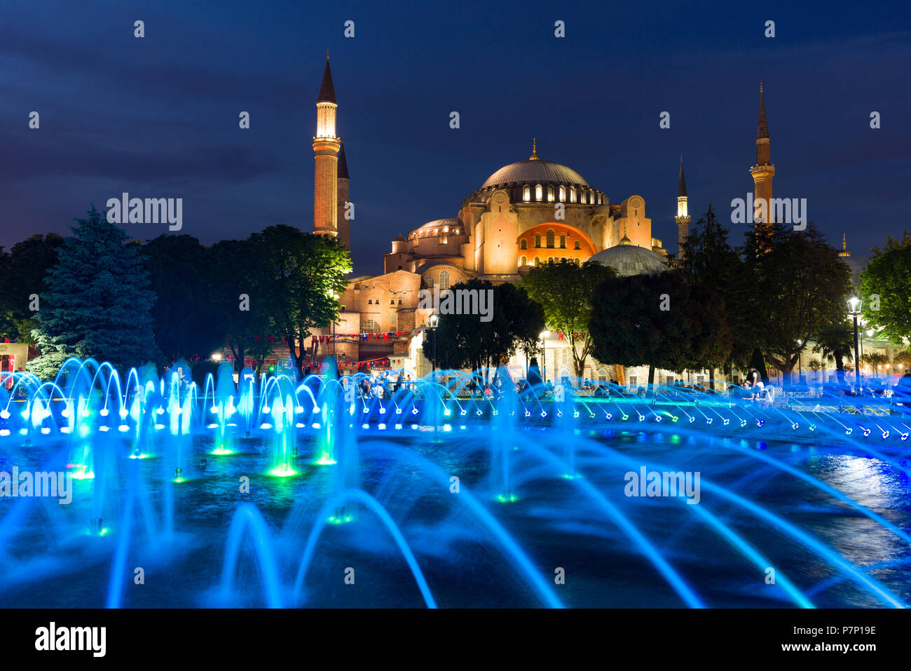 El sultán Ahmad Maydan fuente de agua iluminada con el el museo Hagia Sophia en segundo plano al anochecer, Estambul, Turquía Imagen De Stock