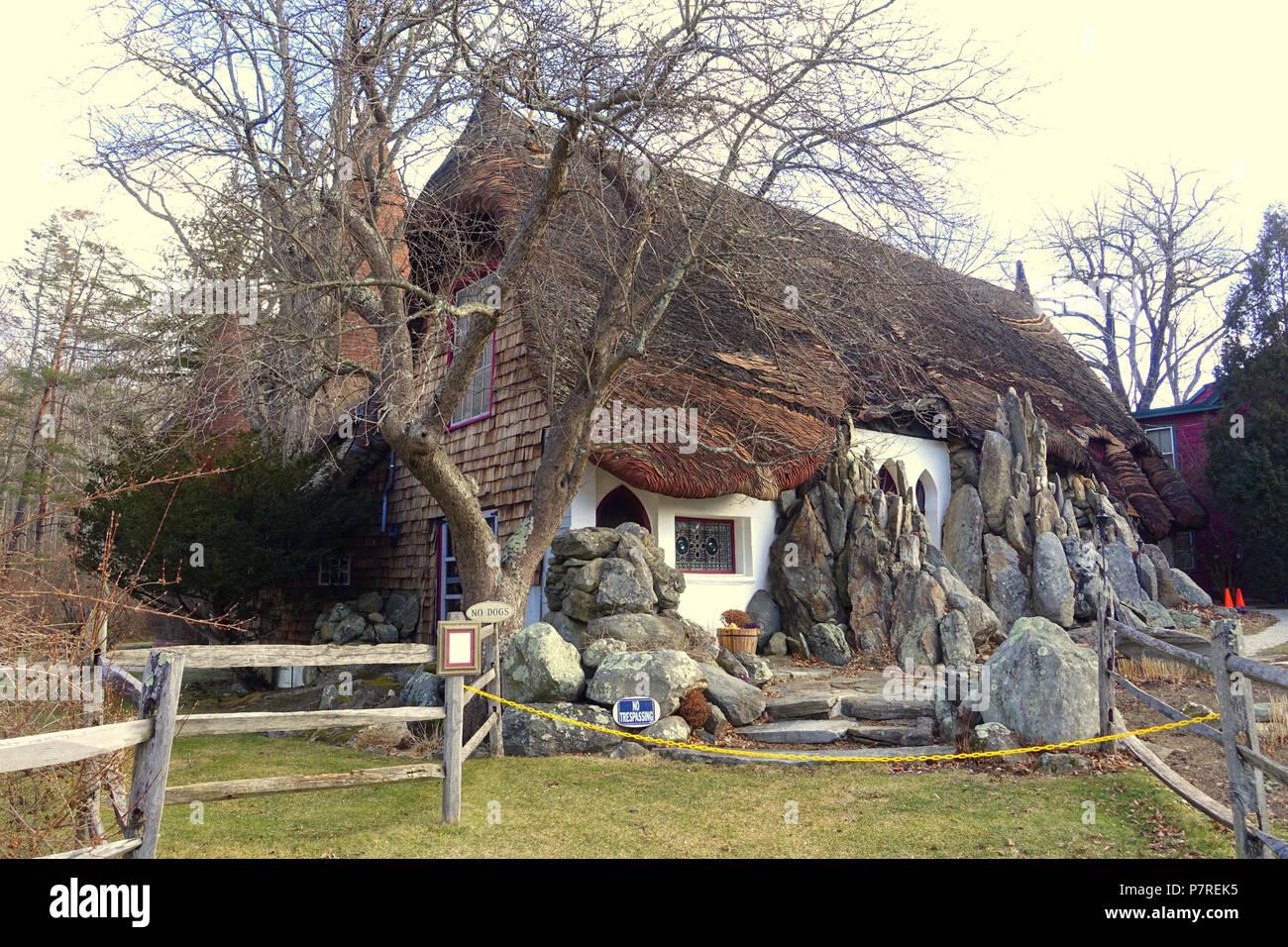 Inglés: - Tyringham Santarella, Massachusetts. Creado por el escultor Henry Hudson Kitson (1863-1947) como su hogar y estudio. El 15 de enero de 2017, 12:00:28 340 - Tyringham Santarella, MA - DSC07317 Foto de stock