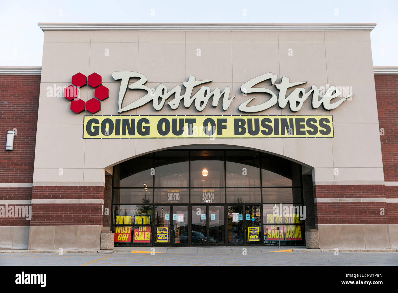 """Un logotipo firmar y """"Salir de negocio"""" fuera de un banner Boston Store Tienda minorista en Sheboygan, Wisconsin, el 24 de junio de 2018. Imagen De Stock"""
