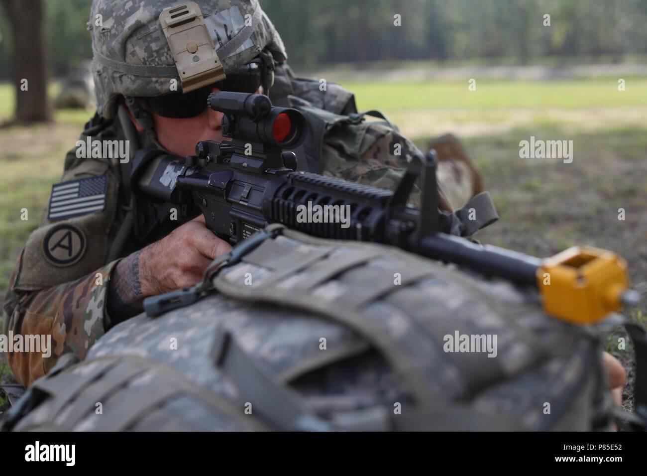 El sargento de la Reserva del Ejército de Estados Unidos. Michael Mangan, un químico reparación de equipo especialista del Derby, Connecticut, con el Intendente 439th Company, 334a, 377ª Batallón de intendencia Logística Comando de teatro, toma punto durante la operación para 2018 en el caso de la Reserva del Ejército de Estados Unidos mejor guerrero la competencia en Fort Bragg, Carolina del Norte, 13 de junio de 2018, 13 de junio de 2018. Soldados de la Reserva del Ejército de Estados Unidos competir todo el día y en la noche, se esfuerzan en cada evento durante los seis días de 2018, Reserva del Ejército de Estados Unidos mejor guerrero de la competencia. (Ee.Uu. Reserva del Ejército foto por Spc. Devin A. Patterson) (liberado). () Imagen De Stock