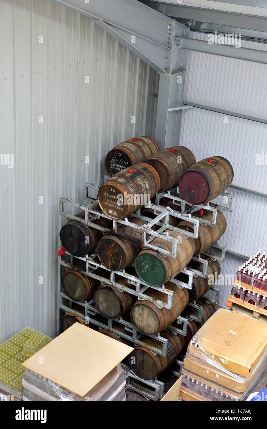 Barriles de sidra Cyder ,Warehouse ,Healeys Cornish Cyder Farm,Penhallow, Truro, Cornwall, Inglaterra, Reino Unido Imagen De Stock