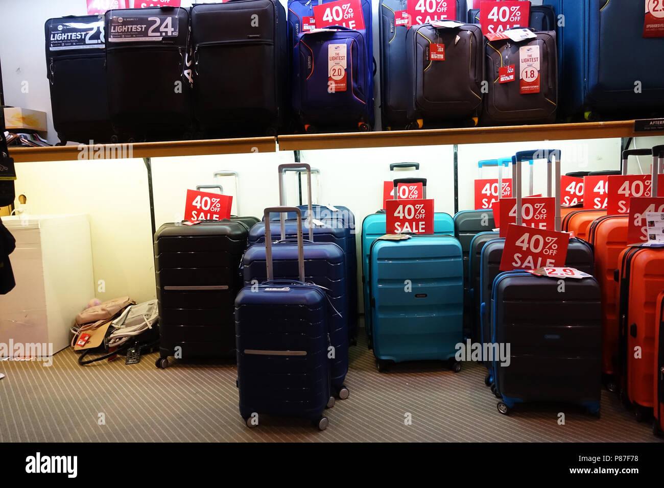 d64ebd354 Las maletas y bolsas para la venta Foto & Imagen De Stock: 211607292 ...