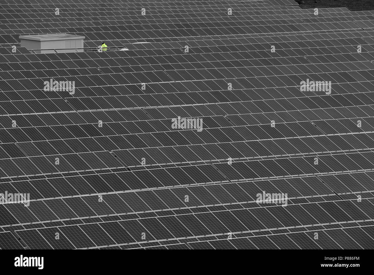 Paneles solares en una cantera en desuso en Varen, Tarn et Garonne, Occitanie, al sur oeste de Francia Foto de stock