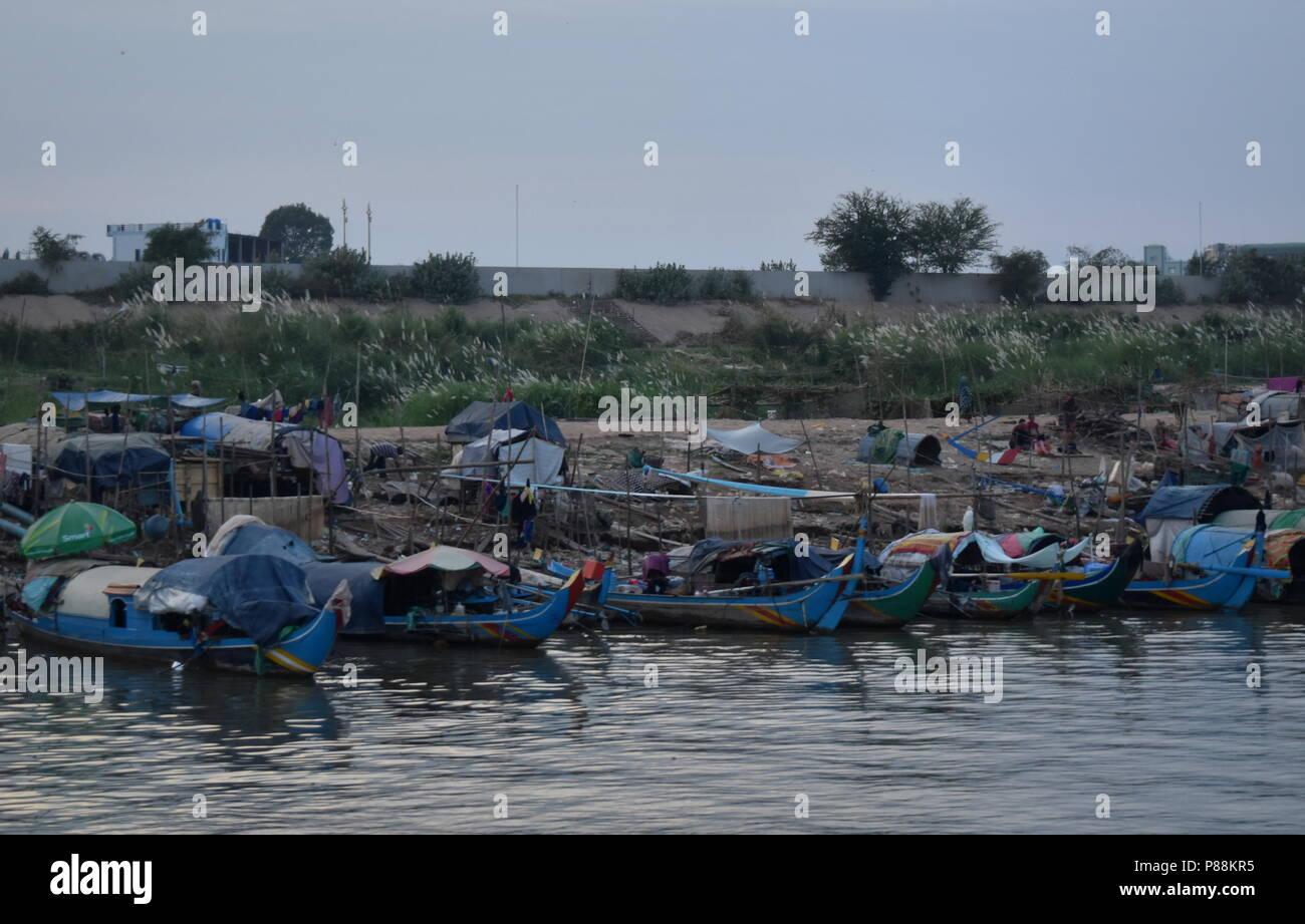 Los barcos de pesca y la pobreza de las minorías musulmanas en Phnom Penh, Camboya a lo largo del río Mekong Imagen De Stock