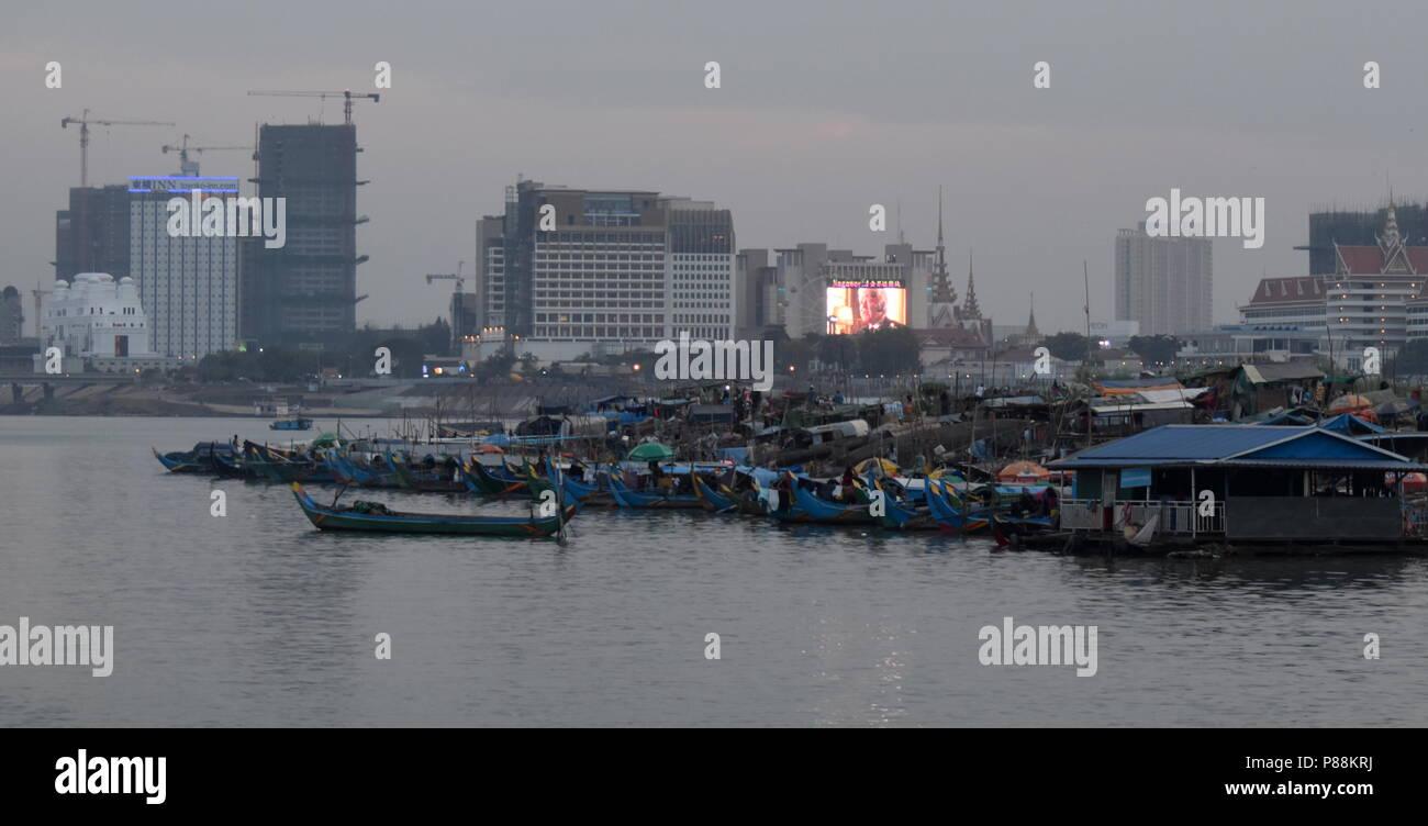 Horizonte de Phnom Penh: el contraste del paisaje urbano en construcción y los barcos de pesca y la pobreza de las minorías musulmanas a lo largo del río Mekong Imagen De Stock