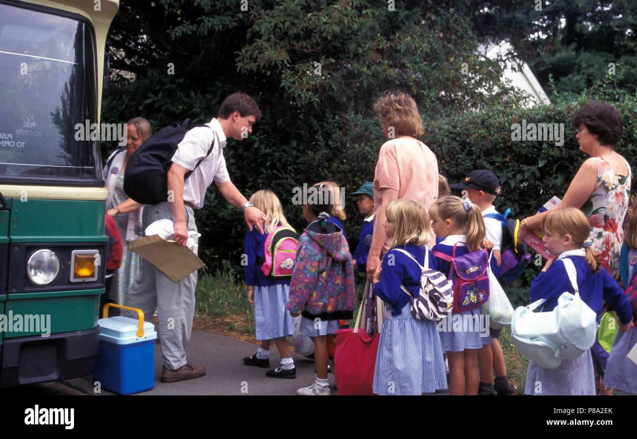 Los niños de escuela primaria de embarque para ir en bus viaje escolar Imagen De Stock