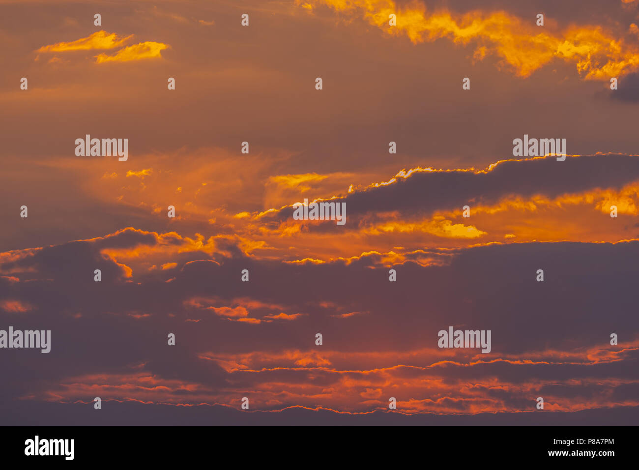 La belleza del cielo nocturno, con densas nubes y el sol tratando de romper a través de ellos. . Para su diseño Foto de stock