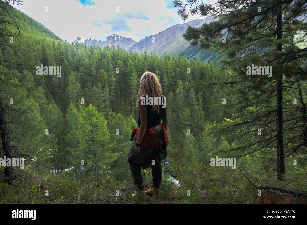 Vista posterior de una mujer mirando las montañas Altai, Rusia Imagen De Stock