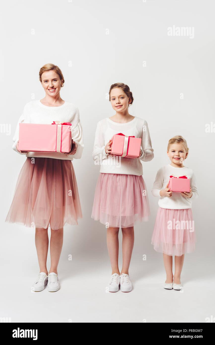 7bd76ab82 Madre sonriente y pequeñas hijas en similares pink tutu faldas de tul con  regalos envueltos aislado en gris · LightField Studios Inc. / Alamy Foto de  stock