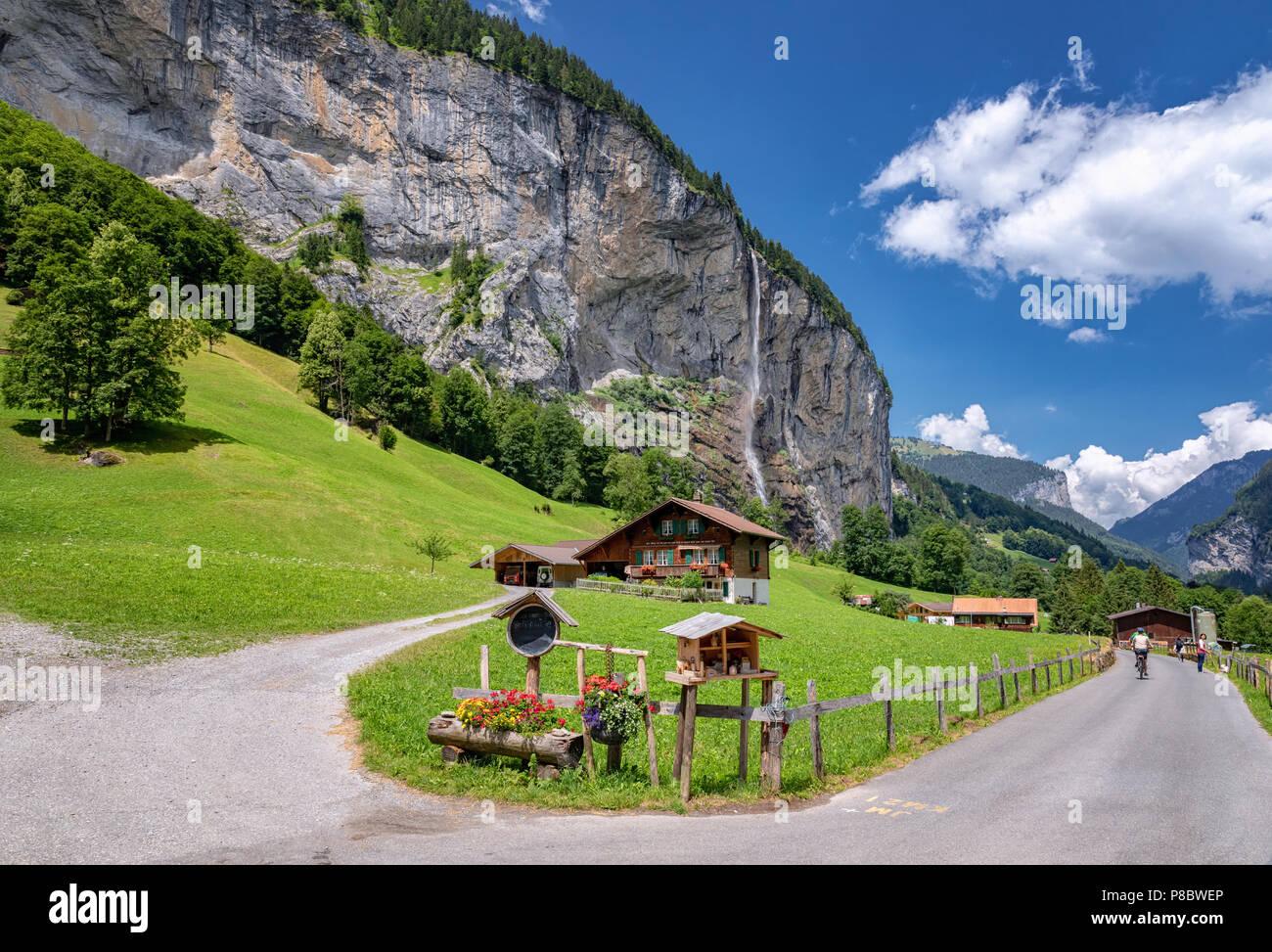 Vista de una granja cerca de Lauterbrunnen y con Staubbach cae en el fondo, Interlaken-Oberhasli, Berna, Suiza Foto de stock