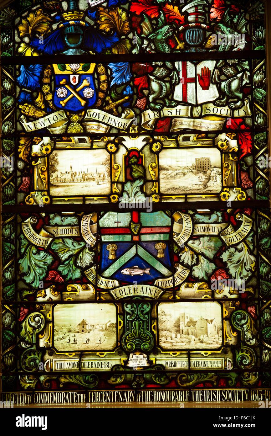 Reino Unido, Irlanda del Norte, Co Londonderry, Ayuntamiento de Coleraine, vidriera conmemorando el Honorable la sociedad irlandesa1613 -1913 Imagen De Stock