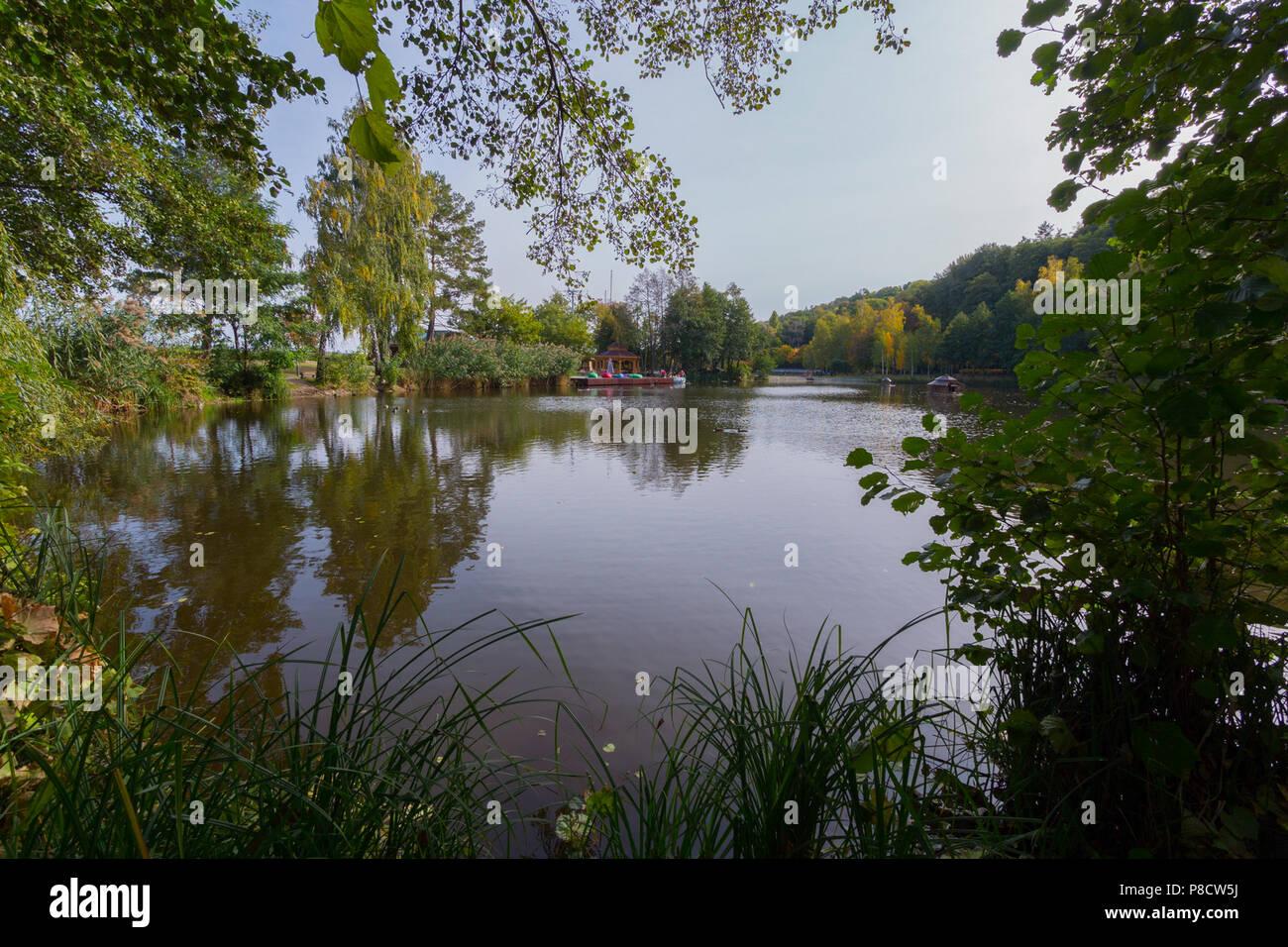 Vista panorámica del río desde la orilla con una hermosa naturaleza, una plataforma con un dosel para turistas contra el cielo azul, sin nubes. . Para su Imagen De Stock