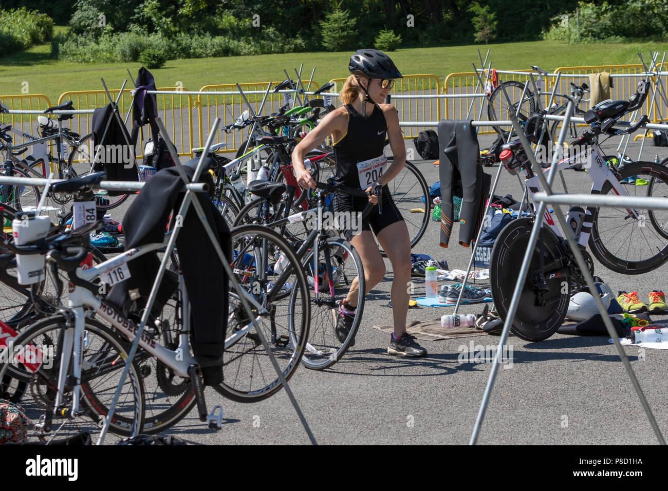 Mariola Moeyaert competiting en el segmento de bicicleta en el 2018 Stissing triatlón Foto de stock