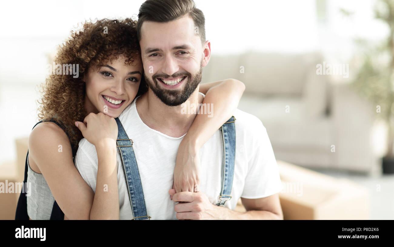 Close-up de los recién casados en el fondo de un nuevo apartamento Foto de stock
