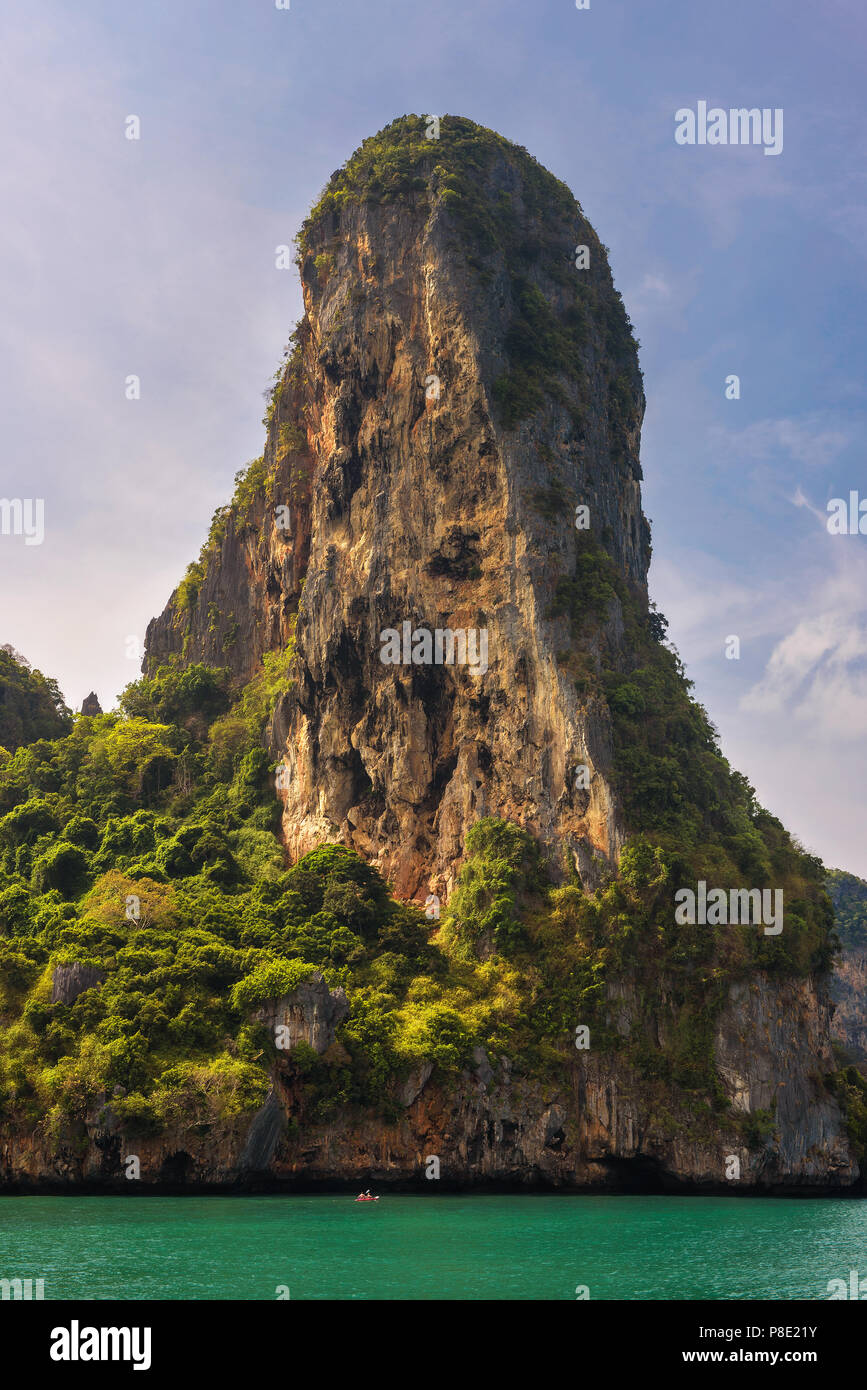 Pequeña embarcación bajo una enorme acantilado de las islas Phi Phi Imagen De Stock