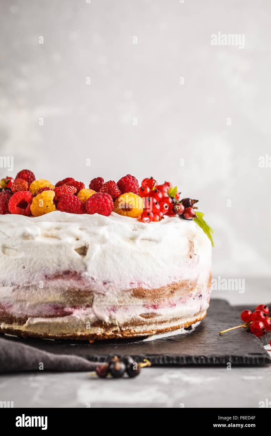 Vegan saludable tarta con crema de coco y bayas. Saludable comida vegetariana (postre) concepto. Foto de stock