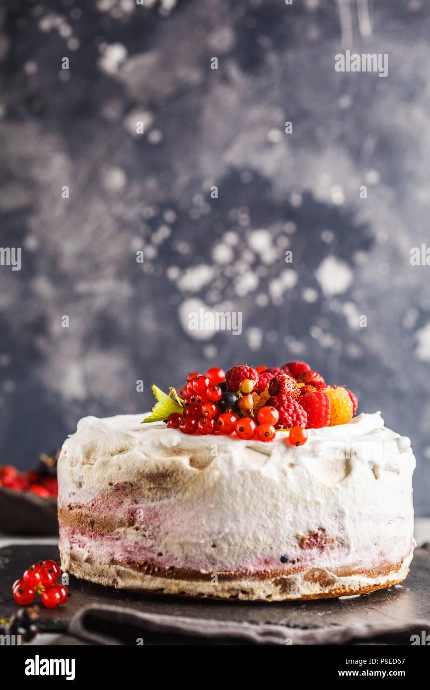 Vegan saludable tarta con crema de coco y bayas. Saludable comida vegetariana (postre) concepto. Imagen De Stock