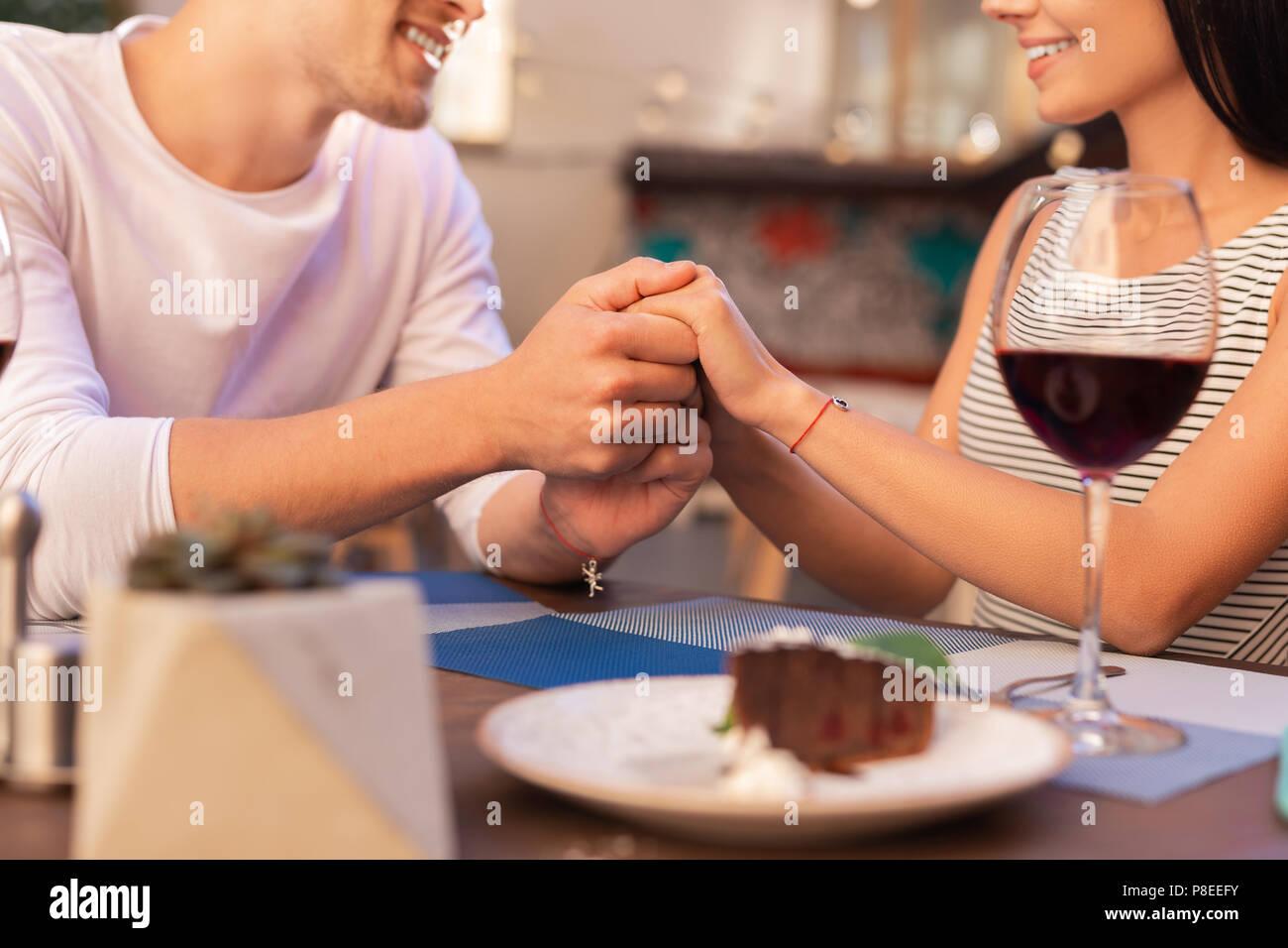 Hombre sonriente diciéndole a su hermosa mujer sobre su amor Imagen De Stock