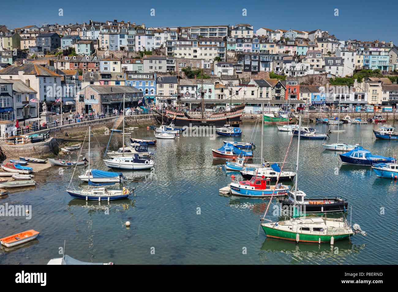 23 de mayo de 2018: Brixham, Devon, Reino Unido - El puerto con la réplica Golden Hind en un espléndido día de primavera con el cielo azul claro. Imagen De Stock