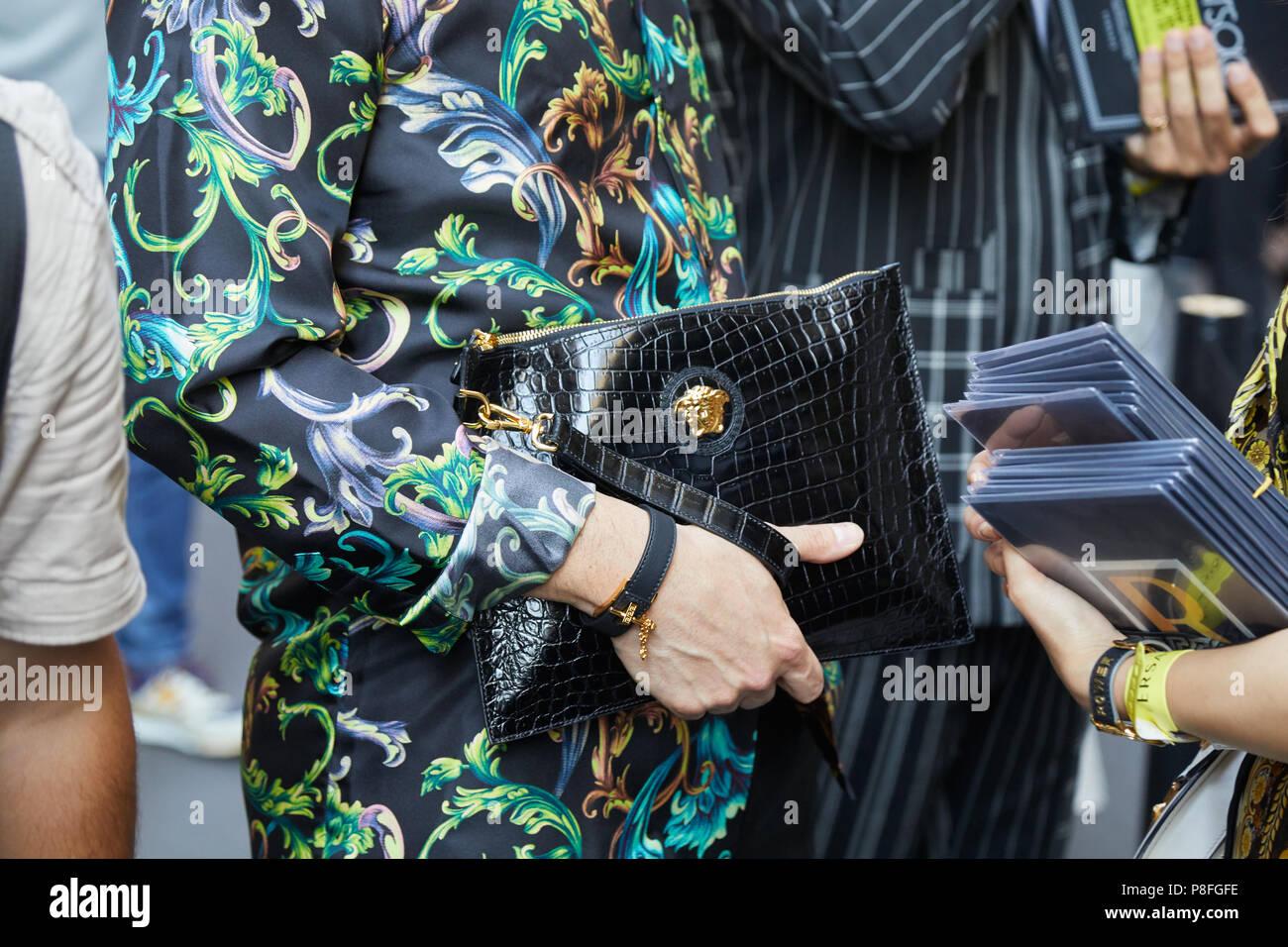 1dd8605163 Milán - 16 de junio: el hombre con Versace bolso de piel de cocodrilo negra
