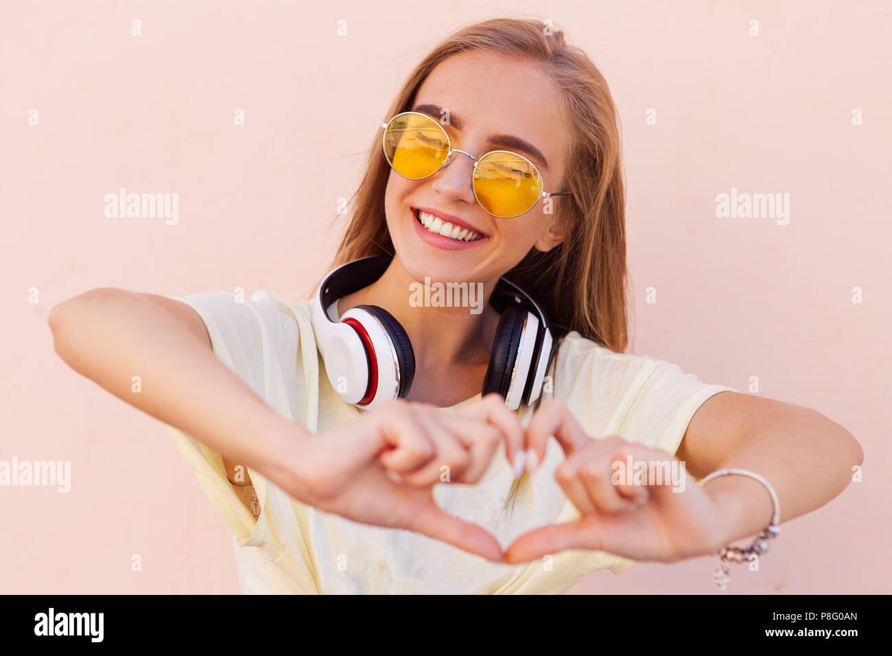 Gafas Belleza Retrato Sonriente Moda Amarillo Con Sol Mujer De dBoeWCEQxr